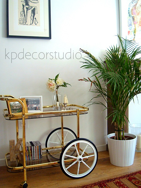 camarera de laton vintage con ruedas. vintage drink trolley gilded gold iron big wheels