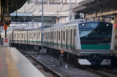 池袋駅に入線する埼京線E233系