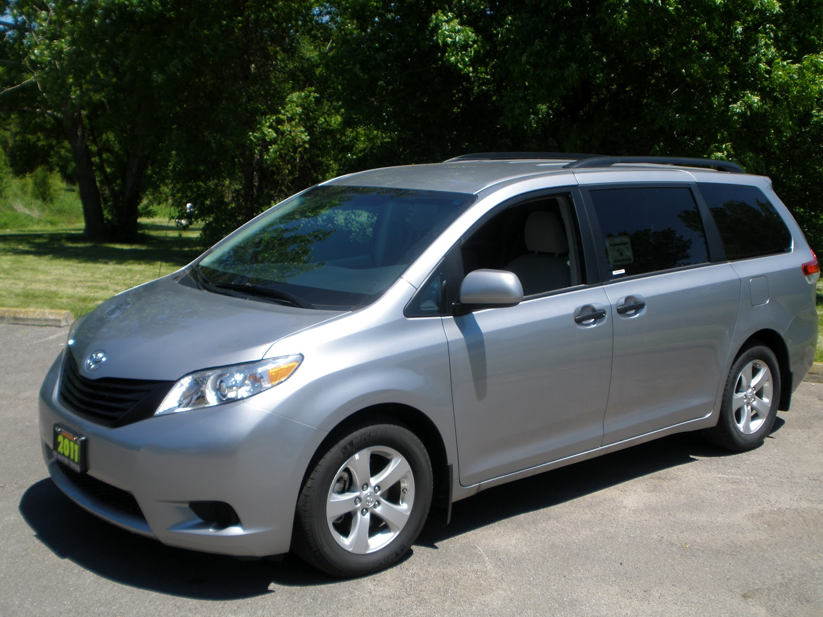 brad 39 s auto reviews review of the 2011 toyota sienna. Black Bedroom Furniture Sets. Home Design Ideas