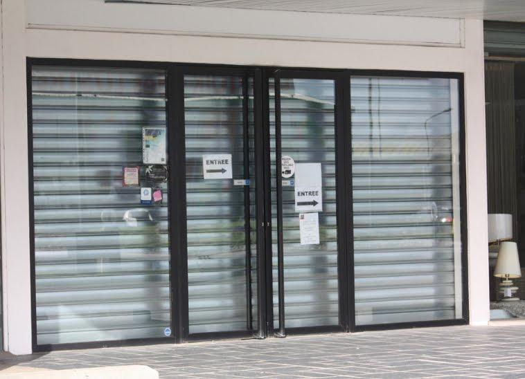 Portes coulissantes portes sectionnelles portes basculantes barri res automatiques - Rideaux garage electrique ...