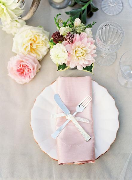 оформление стола сервировка для свадьбы в морском пляжном стиле