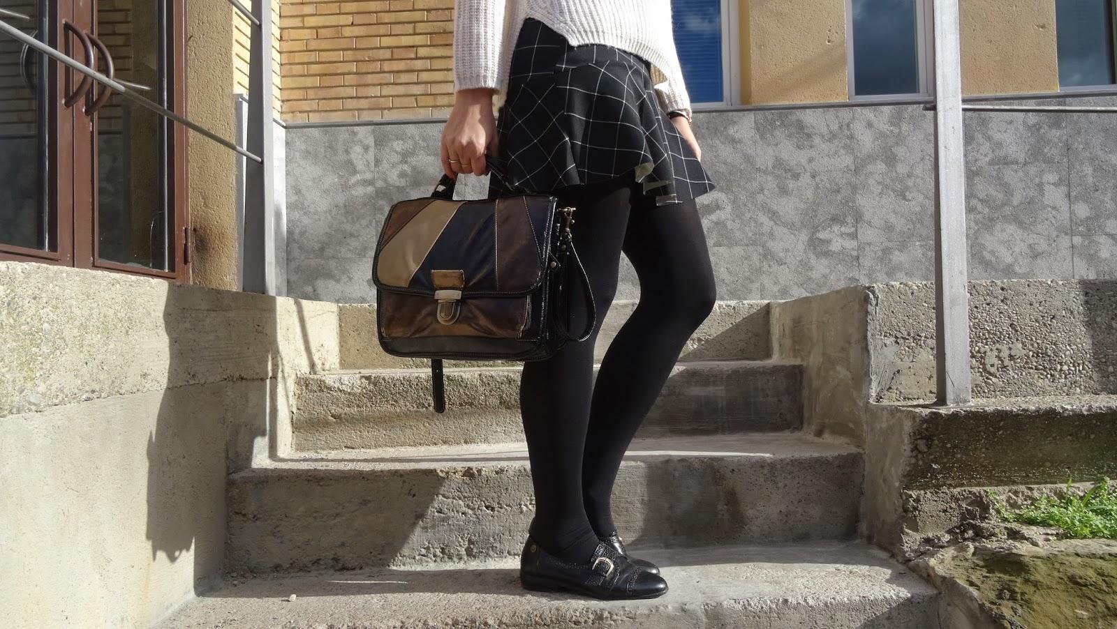 Outfit british ideal para invierno, falda de cuadros con vuelo de Stradivarius, jersey tricot de Bershka, bolso vintage y zapato oxford