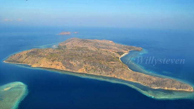 Le Parc national de Komodo se trouve en Indonésie, dans les Petites Îles de la Sonde, à la limite des provinces des petites îles de la Sonde occidentales et des petites îles de la Sonde orientales. Le parc national comprend les trois grandes îles de Komodo, Rinca et Padar, ainsi que de nombreuses autres plus petites. La superficie totale du parc est de 1 817 km², pour une superficie terrestre de 603 km².