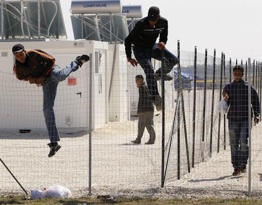 """Εφαρμόζονται τα πρώτα μέτρα της """"Ανάπτυξης"""". Με πρόταση Δένδια τα στρατόπεδα θα μετατραπούν σε χώρους """"φιλοξενίας μεταναστών"""",δηλαδή άντρο εγκληματικότητας και μόλυνσης"""