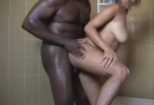Negao Comendo Casadinha no Banho