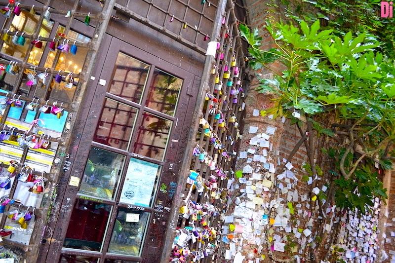 Cadeados e bilhetes de amor