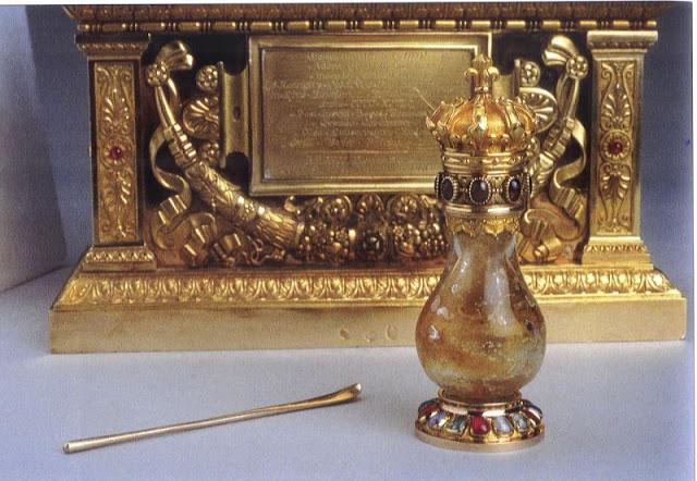 A Santa Ampoula com o óleo miraculoso com que foram sagrados todos os reis da França desde a conversão de Clóvis