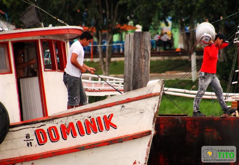 Desembarque de carga no trapiche do distrito de Icoaraci, em Belém - Pará