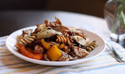 Hélices de pasta con alcachofas y panceta