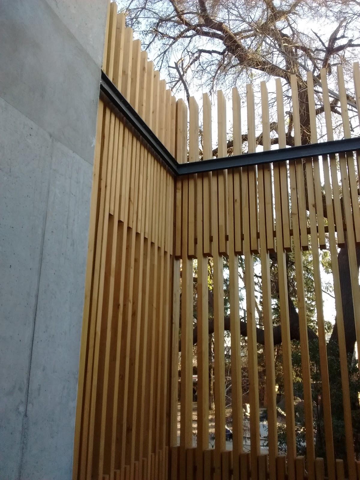 la maderera empleada es pino radiata siendo el espesor de los elementos es de mm anclados con pernos y placas de acero galvanizado a la estructura