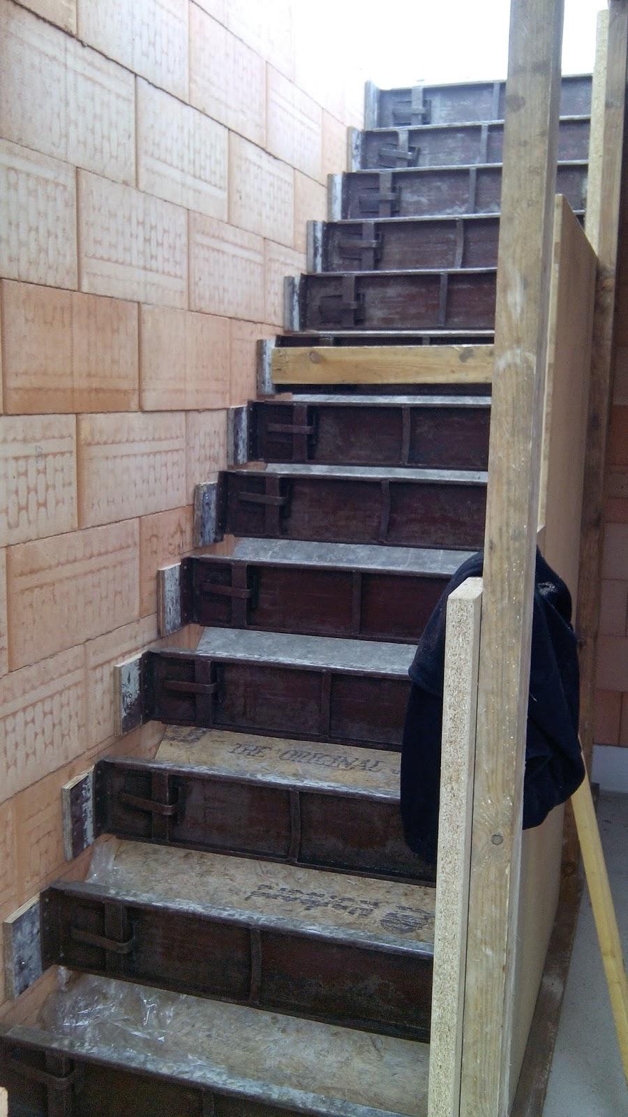 Bram jolina gaan bouwen bekisten trap en andere voorbereidingen gieten beton op de welvingen - Eigentijds trap beton ...