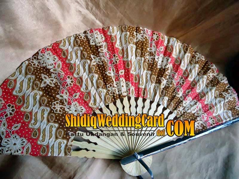 http://www.shidiqweddingcard.com/2014/07/souvenir-kipas-batik-besar.html