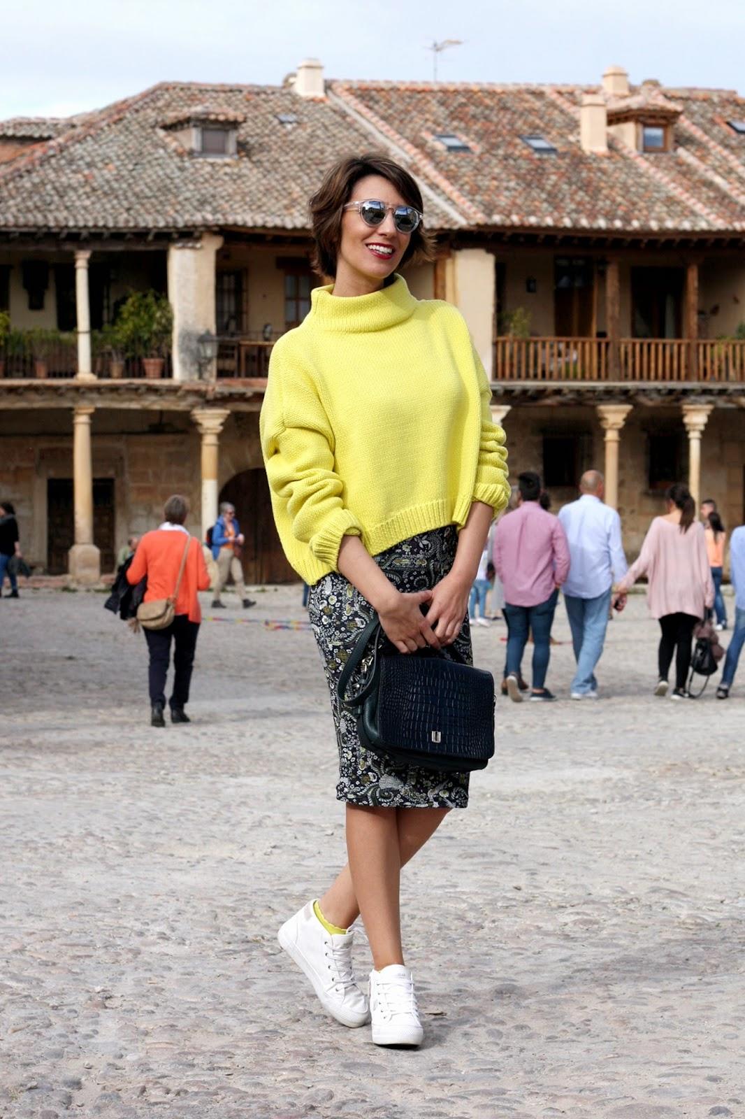 Outfit con falda y zapatillas blancas