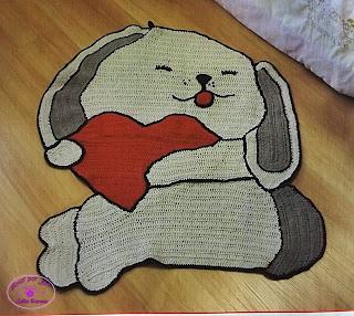 Tapete infantil de crochê em formato de cachorrinho e coração
