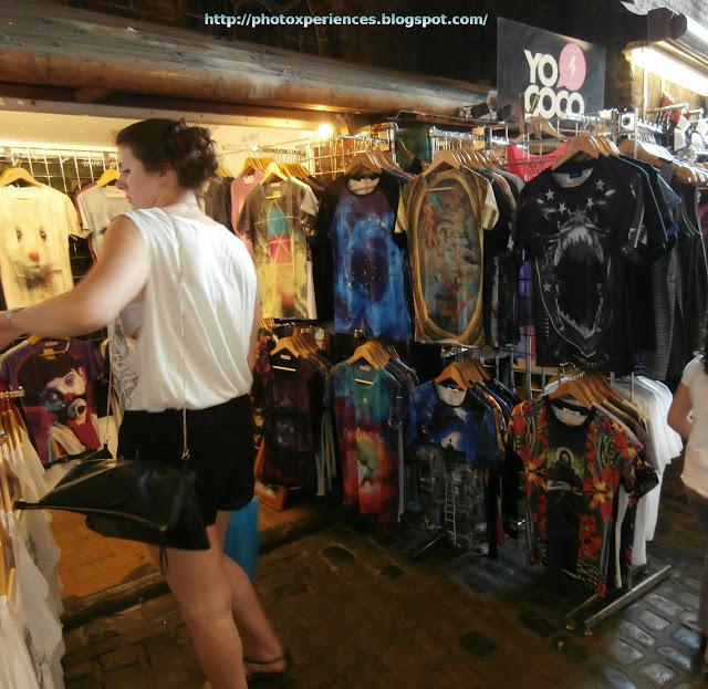 Clothes store at Camden Stables Market. London. Tienda de ropa en el Mercado de los Establos de Camden. Londres.