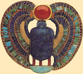Durante el Imperio Antiguo, las labores de cincelado, de filigrana y de incrustación han dejado a la humanidad grandes muestras de la capacidad creativa que tuvieron los orfebres y joyeros egipcios.