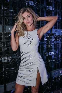 Grazi Massafera usa vestido curtinho e exibe boa forma em evento. Fotos!