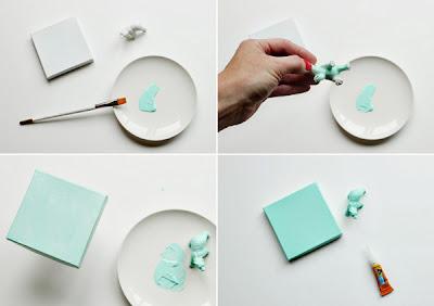 Decora cajas de cartón con animales de plástico