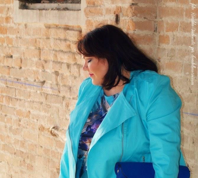 outfit plus size con abito azzurro stampa cristalli di mina gamboni, moda curvy