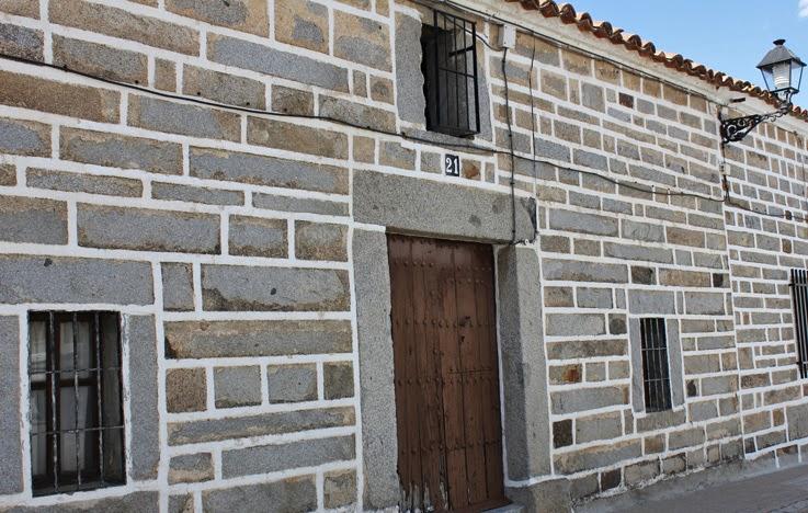 Solienses fachadas de tiras de azulejos y con arcos de for Fachadas con azulejo