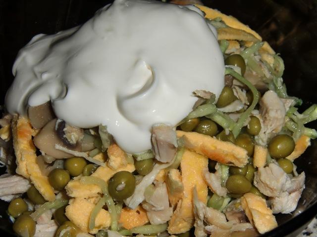 Лёгкий салат с курицей и грибами