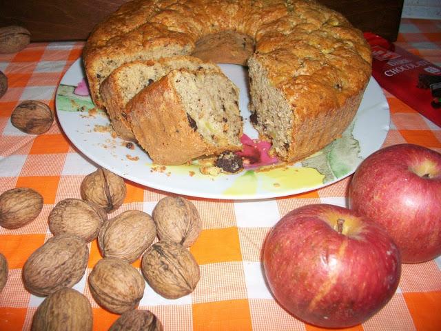 ciambella di mele, noci e cioccolato