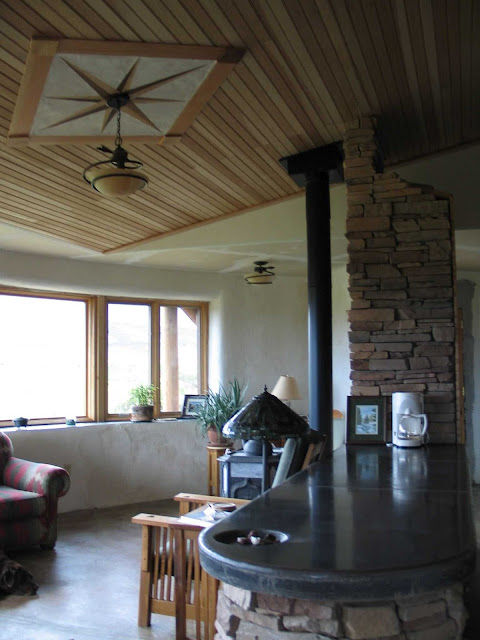 Интерьер дома из соломы