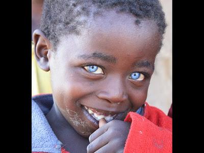 niño negro con ojos de zafiro