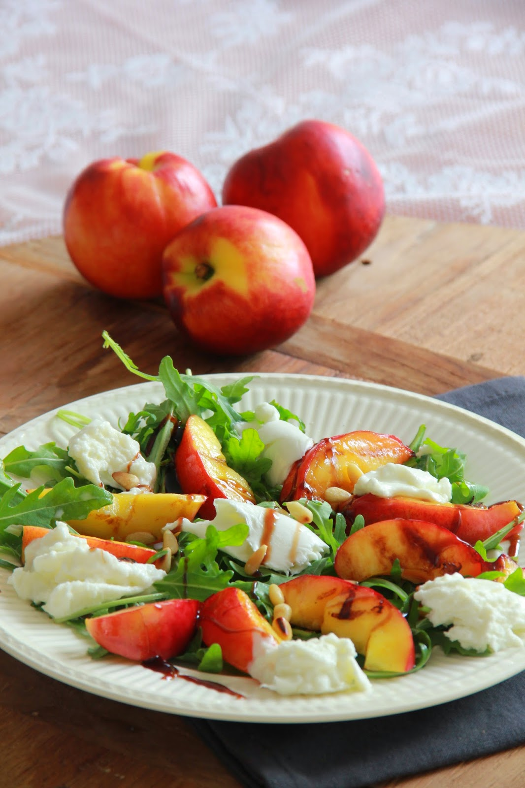 Salade met gegrilde nectarine & buffelmozzarella - www.desmaakvancecile.com