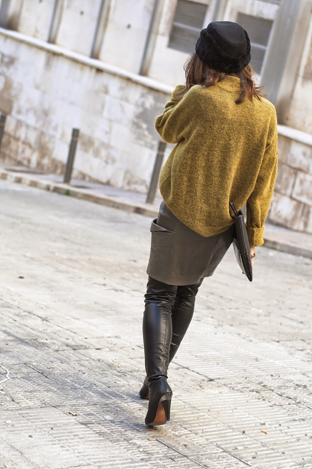 gorro, abrigo, jersey H&M studio, falda piel Toni Francesc, botas altas Bimba y Lola