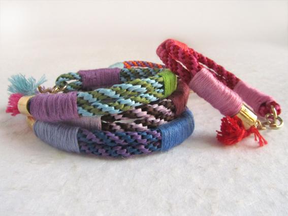 Pulseras de rafia e hilos de colores