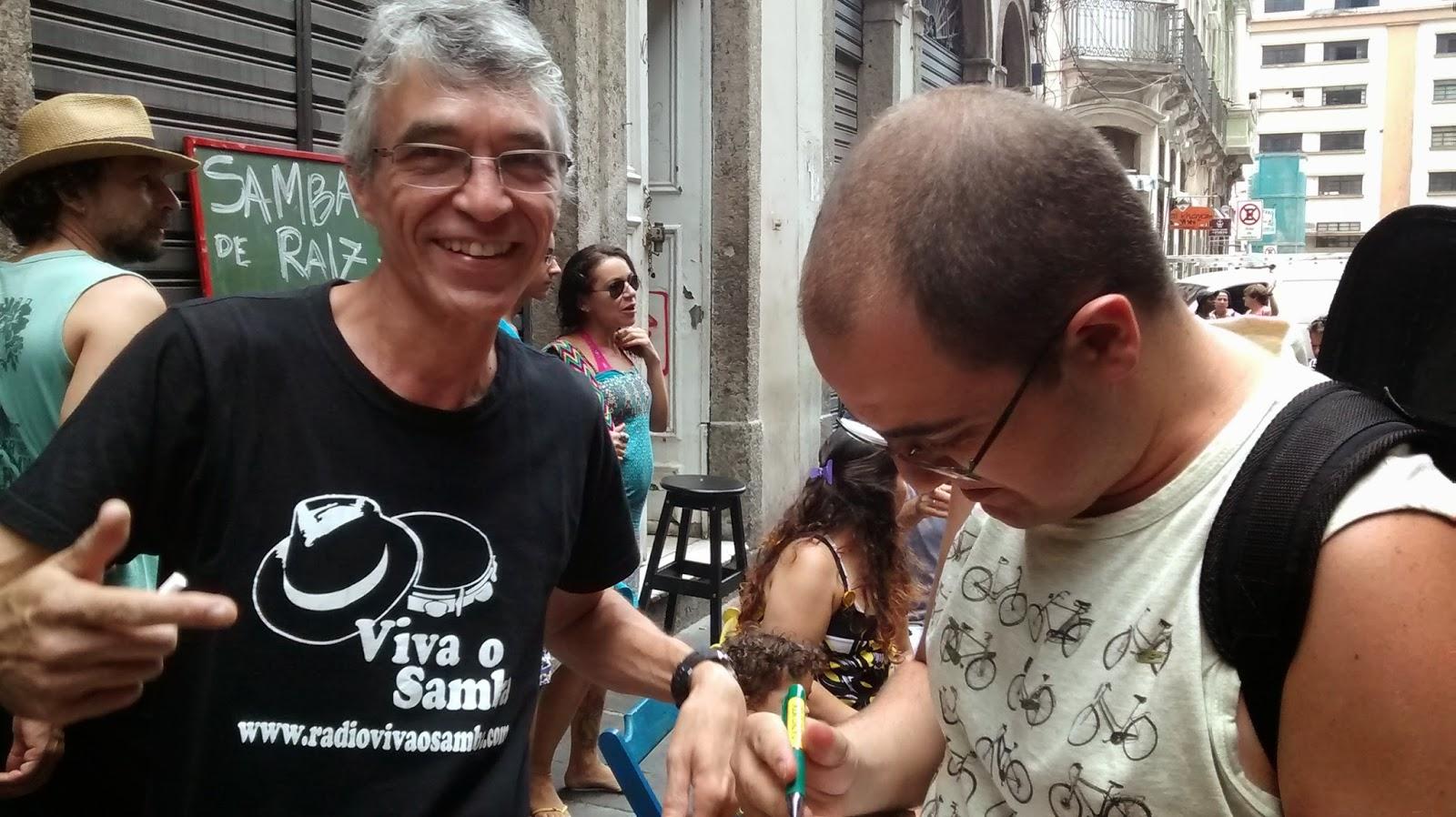 """Luiz Carlos recebe autógrafo no  CD """"Depois das Cinzas"""" de Luis Barcelos"""