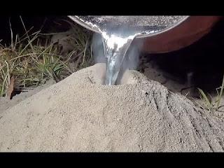 Veja o que acontece quando se derrama alumínio líquido dentro de um formigueiro
