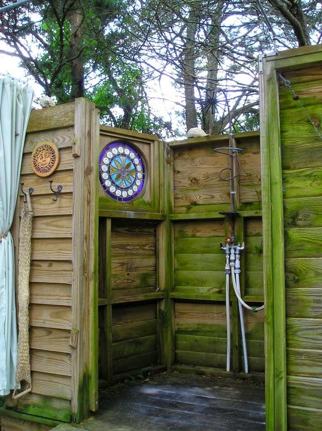 Dosis arquitectura algunas buenas ideas de duchas y ba os - Duchas para piscinas exterior ...
