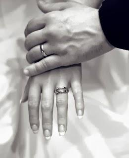 أكثر الصفات التي يحبها الرجل في المرأة - ايادى يدين رجل يمسك يد امرأة ممسكان الايدى - man holding woman hand