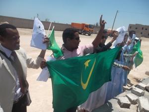 نشطاء نواذيبو أثناء وقفتهم أمام القنصلية المغربية