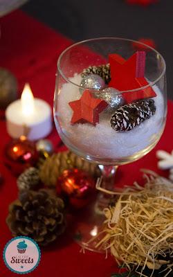 Advent, Kunstschnee, Holzsterne, Glitzerkugeln, Tischdeko, weihnachtlich, Weihnachten, Nikolaus