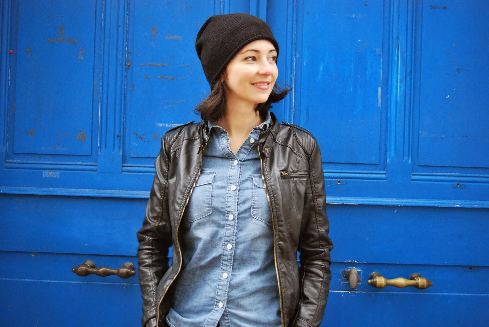 collants à pois, bonnet noir, jupe veste en cuir