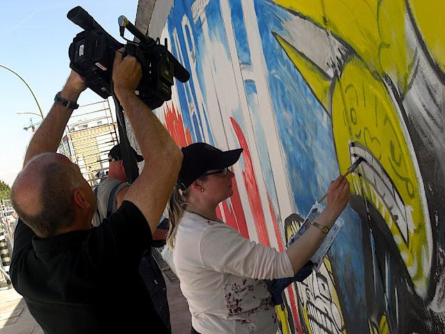 Maxence filmt Malerin bei Restauration