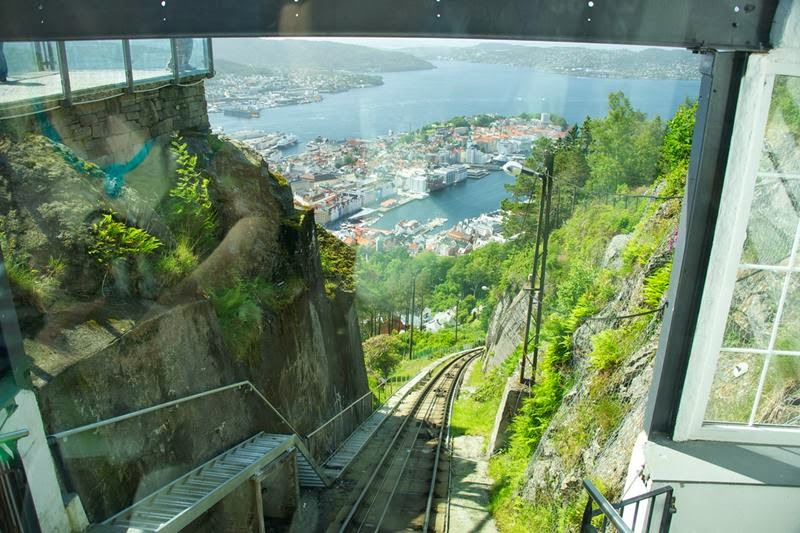 The funicular is fully wheelchair-accessible at the bottom and top stations only. Small, manual wheelchairs may be carried on and off the funicular by staff at the intermediate stations. Electric wheelchairs up to 900 mm wide enjoy full access to both the funicular and the facilities at Fløyen.