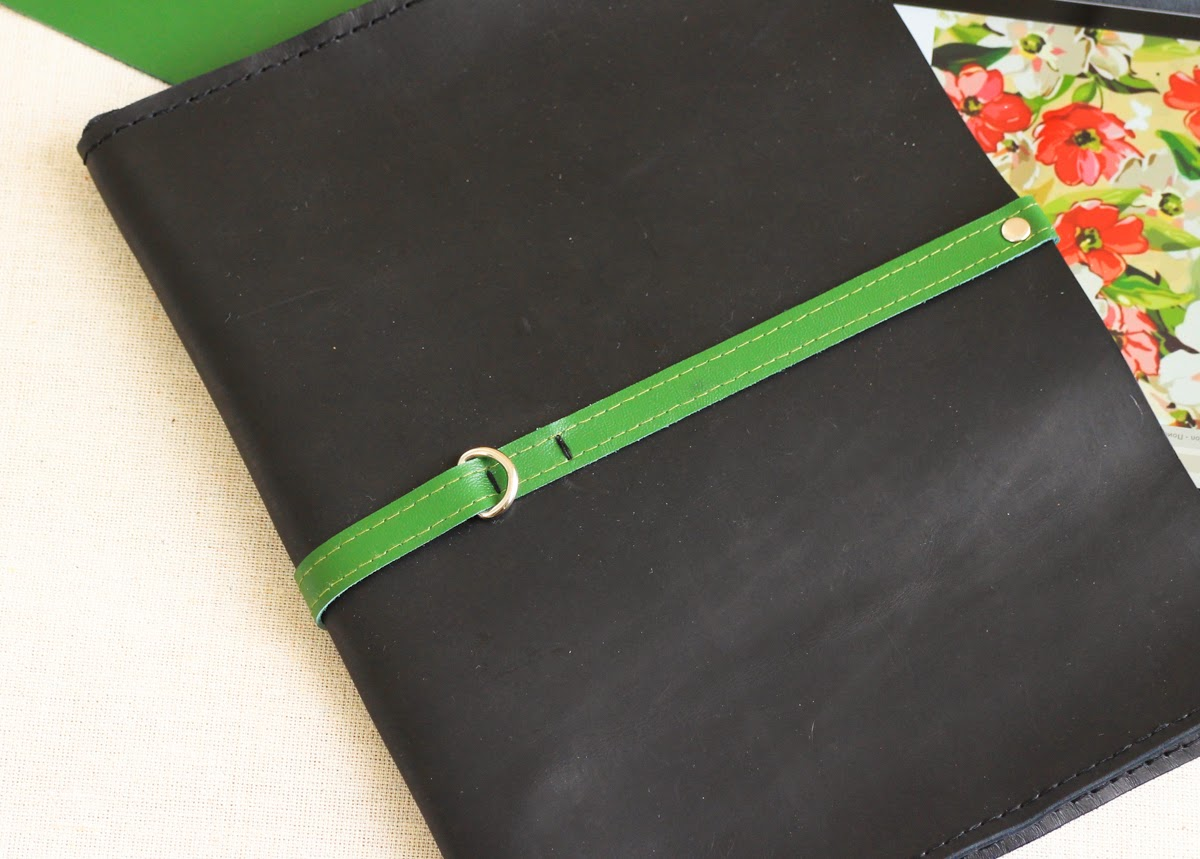 Кожаный клатч сшит вручную без использования швейных машин