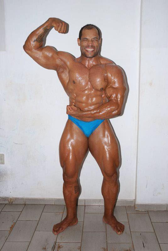 Em foto, o atleta Flávio Muniz exibe o físico musculoso