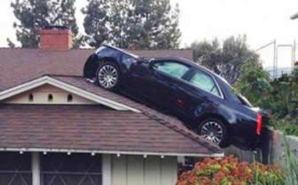 """[FOTO] """"Encaramó"""" su carro sobre el techo del vecino"""