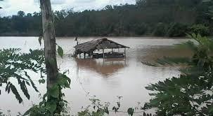 akibat banjir yang tinggi juga meluber hingga menutupi akses jalan para petani