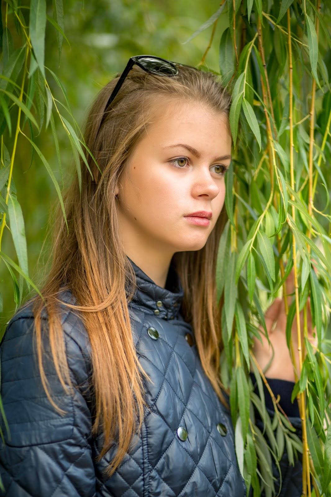 девушка в парке, индивидуальная фотосессия, осень, ива