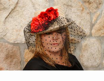 Canotier de paja con cinta de terciopelo, flor y plumas malvas