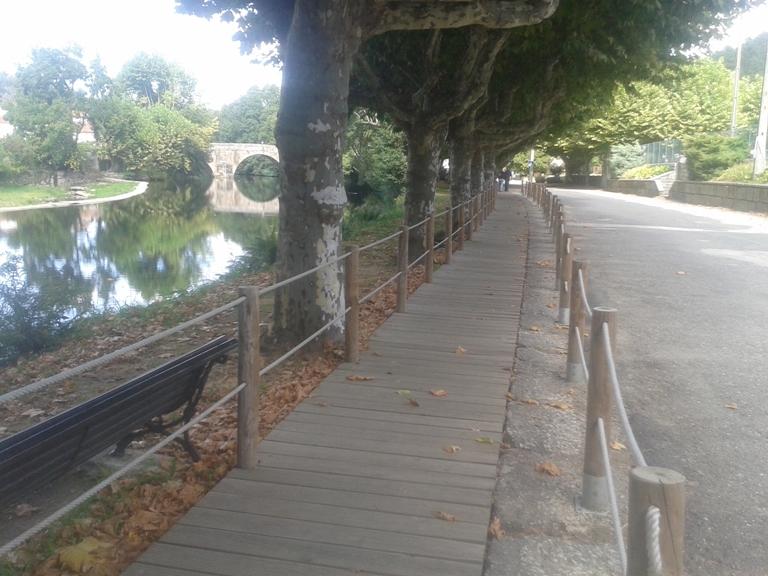 Percurso pedonal ao lado do rio