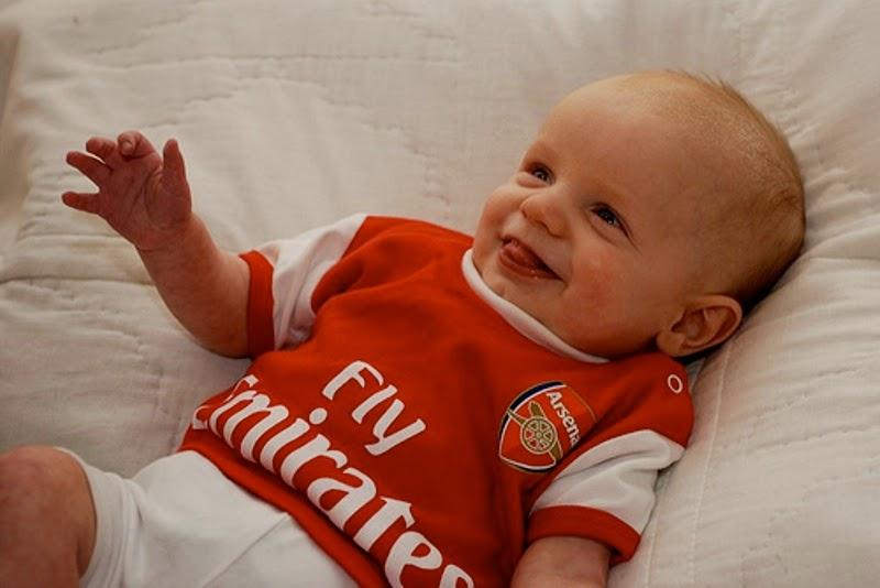 Foto bayi lucu pakai baju tim sepak bola arsenal