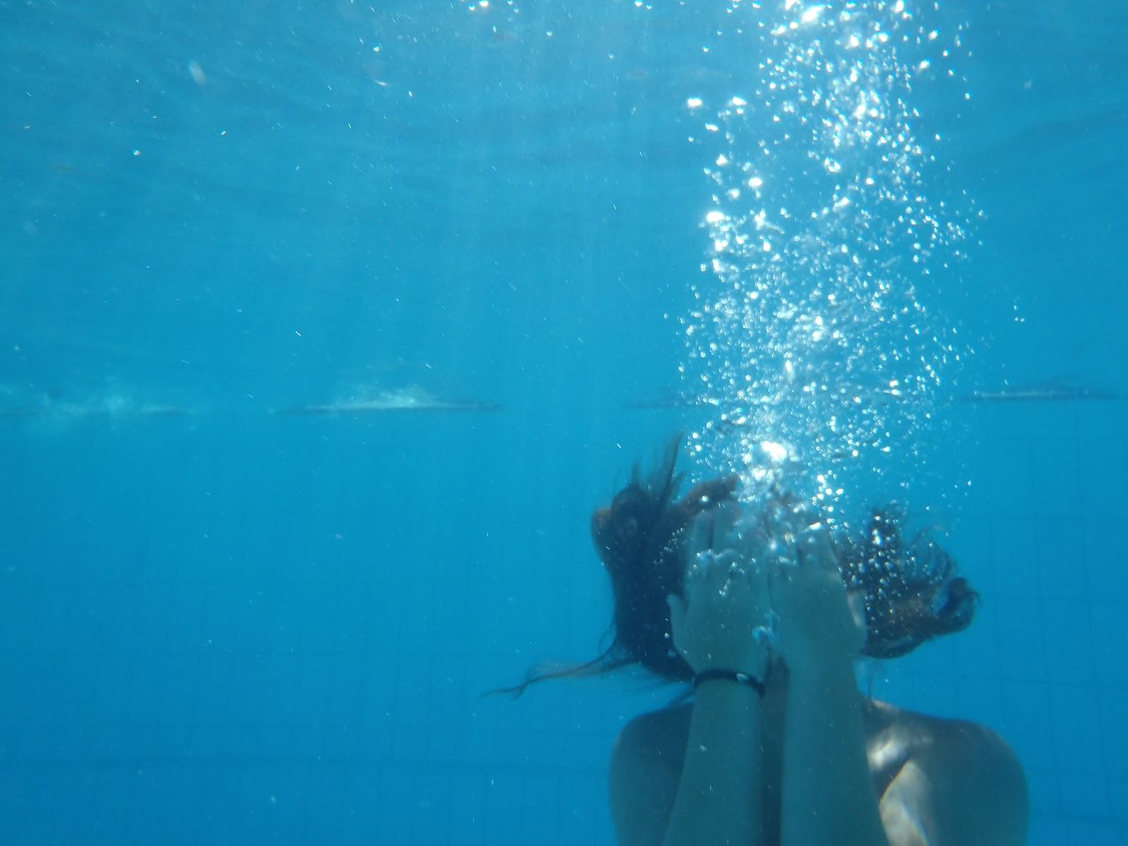 N jera javi manzanares bajo el agua de la piscina for Agua de la piscina turbia