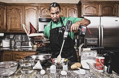 Homem atrapalhando na cozinha